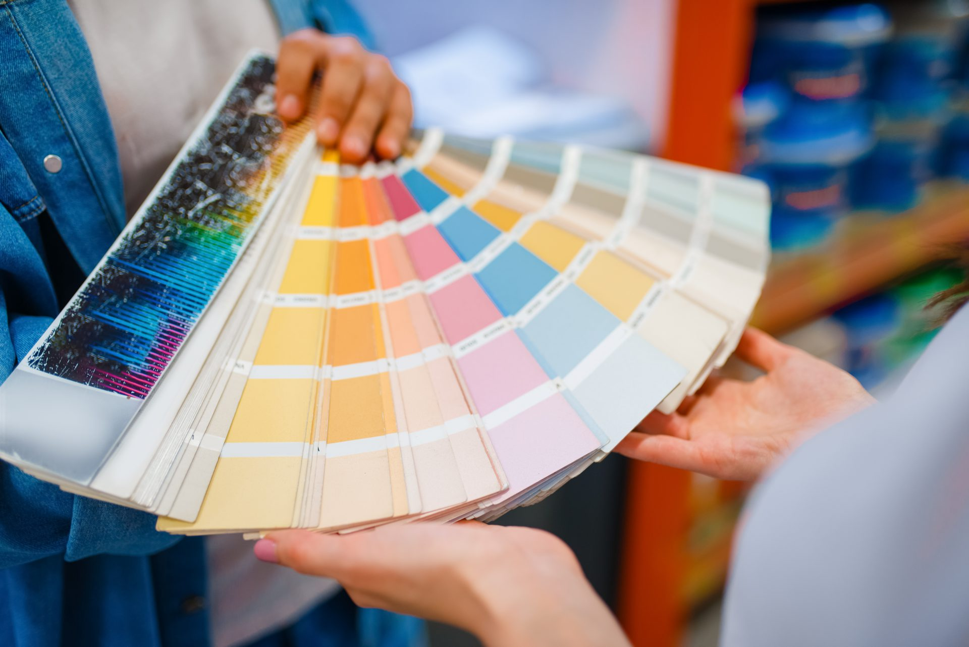 young-couple-holds-color-palette-in-hardware-KNU7CDX